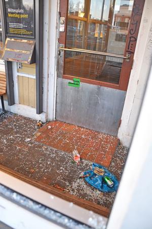SKADEGÖRELSE. I Tierp ökade skadegörelsen under 2011. En stor del av brotten skedde under hösten i samband med att ungdomar började använda narkotika. Här har en ruta på stationshuset slagits sönder i början på december.