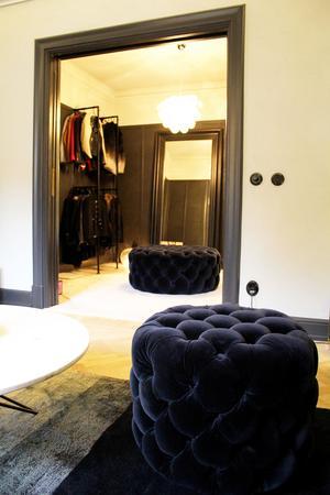 Julias walk in closet eller snarare omklädningsrum. Sittpuffarna kommer från Homeline.