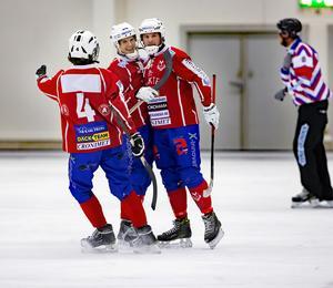 Filip Backström, till vänster, Andreas Hjulström och Johan Söderström jublar efter ett av Västanfors mål mot Rättvik.