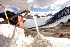 Snön som produceras i maskinen är av typen vårsnö, det vill säga ganska grovkornig och blöt. Foto: IDE