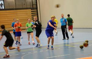 Full fart. Mikael Martinsson, samordnare för Lindeskolans idrottscollege och tränare för handbollsgymnasiet, gav instruktioner till ungdomarna som besökte prova-på-dagen i Lindesberg Arena.