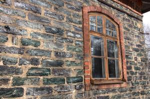 Sidobyggnaden till brukshotellet är byggd i grönskimrande slaggsten.