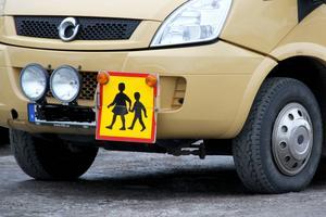 Det är än så länge oklart hur Ljusdals kommun ska lösa skolskjutsarna i Los i höst. Fordonet på bilden tillhör inte Rygga taxi.