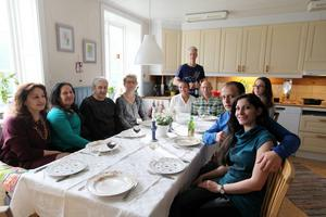 Nya vänner vid middagsbordet: Salam Assi, Seham Alassi, Jubran Nahhas, Anki Grip, Ana Paula Vikman, Stefan Grip, Nisse Vikman, Ella Vikman, Fadi Alhaddad och Mai Nahhas Alhaddad.