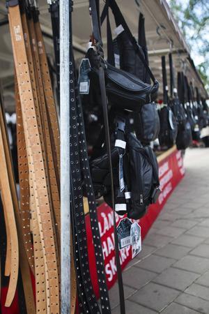 Ett marknadsstånd som säljer skärp, väskor och plånböcker.