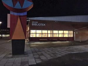 Bäckby bibliotek har prövat att hålla stängt efter att skolan slutar för att undvika att personal och besökare utsätts för bråk och stök.