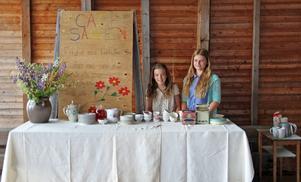 Märta Hagelin och Ester Ringqvist driver kafé i ångsågen i Nor under helgen.