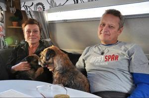 """Elisabeth Olsson och Christer Jansson från Sundsvall, med sina borderterriers Axel och Iris. """"Vi växlar mellan att promenera, åker längdskidor, slalom och skoter"""", säger de."""