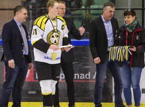 Brynäs lagkapten Martin Johannesson tar emot bronsmedaljerna.