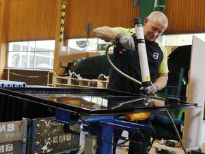 Så här ser en färdigmonterad förarhytt till en dumper ut. Innan den lämnar fabriken i Hallsberg testas alla system elektroniskt och mekaniskt. Inom ett till två dygn kommer hytten att monteras på plats på en maskin i en annan Volvofabrik.