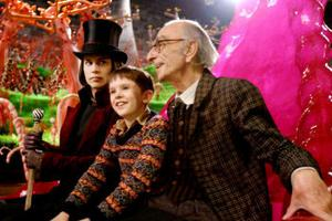 Johnny Depp som Willy Wonka, brittiske Freddie Highmnore som Charlie Bucket och David Kelly som Grandpa Joe.