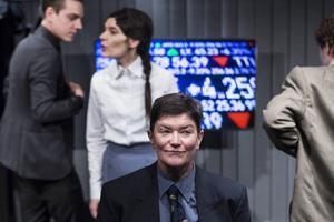Arabella Lyons spelar den makthungrige köttkapitalisten Pierpont Mauler. I bakgrunden syns Björn Johanssons börsmäklare Slift, Alexandra Zetterberg Ehn som Johanna Dark och Martin Pareto som slakthusägare Graham.