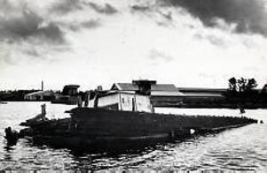Då Gerda skulle bogseras ut från Holmkanalen gick hon till botten mittemot Gävle Galvan och bara en del av skrovet stack upp.                                                                                                             Foto: GEORGE LUNDQUIST