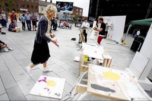 Kajsa-Tuva Werner målade med spackelspade och hällde färg direkt ur burken på pannåerna. I bakgrunden Daniel Boyacioglu och Jens Comén.Foto: Lars-Eje Lyrefelt