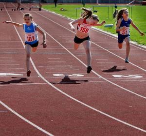 En tajt final på 60 meter för F 13. Mariell Bodin, Vemhån, (till vänster) vinner före ÖGIF:s Emelie Nyman-Wänseth. Till höger ser vi Cani Mahmoud, Marieby.