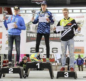 Joakim Grelsson, här till vänster, på prispallsplats 2, startade årets SM på ett lovande sätt. En andra- och en tredjeplats vid första helgens tävlingar i Hässleholm.