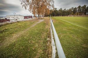 Till vänster de nybyggda husen på Jägarvallen. Till höger den fotbollsplan där Östersunds kommun vill bygga en ny förskola med 100 platser.