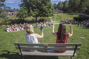 Sång invigde sommarförskolan på Lillberget.