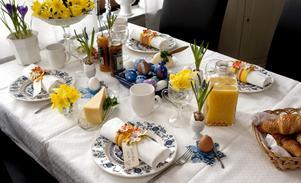 Till bords. Lyxa med croissanter och ägg till helgfrukosten. Pynta med påsklilja i låga glas, eller en liten blomma i äggskal, här är det pärlhyacinter som står i äggkoppen. Ge stadga åt löken med lite sand, eller salt. Foto: Per G Norén