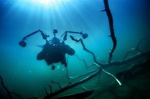 Med sin stora kamerarigg ser Martin Hanell ut lite som ett månghövdat undervattensmonster.