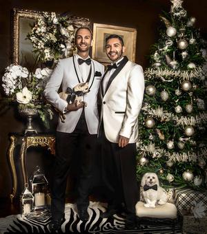 Johan med sin sambo Jose samt hundarna Lukas ochCrystal på årets julkort.