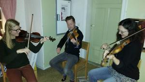 Kristina Svensson, Niklas Olsson och Margret Asplin skrattar och svettas när de lär sig spela fiol och folkmusik i gruppen