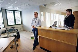 På LOK-Center i Sandviken kan man bland annat få hjälp att söka nytt jobb. Johnny Sandgren är operativ chef och Elisa Norell receptionist.
