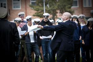 Ceremonin på skolgården avslutas med studentsången under ledning av P O Andersson.