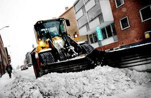 """""""Jag är less på det här nu"""", säger Göran Nilsson, snöröjare i Östersunds kommun. Vintern 2009 har börjat bra eller dåligt, beroende på hur man ser på det rikliga snöfall som varit runt om i länet.  Foto: Lars-Eje Lyrefelt"""
