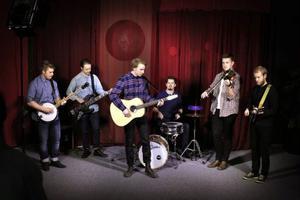 Table of nations spelar bland annat egenkomponerad bluegrass, och är ett av 11 band i Livekarusellen. Från vänster består bandet av: Martin Höög, Niklas Granbom Jansson, Alexander Bergstrand, Andreas Hemmingsson, Albin Jonasson och Alexander Pålstam.