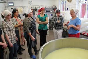 Marianne Pallars, till höger, berättar om hur ostarna från Jarseost i Järvsö kommer till.