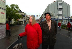 Erik Jonsson, 73, och sambon Åsa får problem i sommar då de måste gå fyra kilometer hem när de varit i stan.