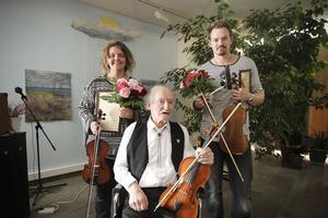 Robert Damberg från Hudiksvall och Ingela Lindkvist från Söderala fick ta emot Manfred