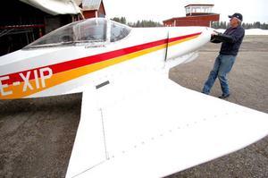 """""""Den här flygplansmodellen var det första amatörbyggda flygplanet som flög jorden runt"""", säger eldsjälen Sven-Erik Pira, 64 år."""