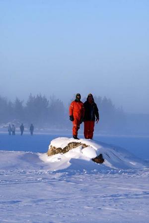 Många var intresserade av att se rallybilarna på Svegsjön, trots en bitande kyla.      Foto: Håkan Degselius