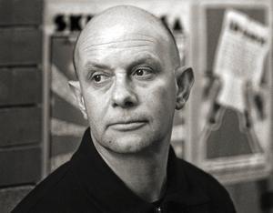 Den brittiske författaren Nick Hornby har bl a skrivit böckerna High fidelity, Fever pitch och Om en pojke.