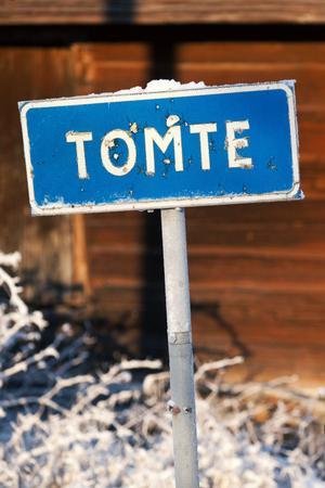 Undrar om tomten bor här i härbret bakom Tomte-skylten?
