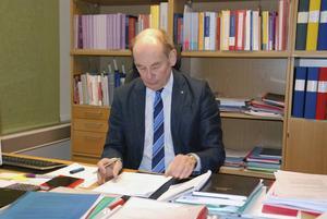 Göran Ingebrand vid sitt arbetsbord.