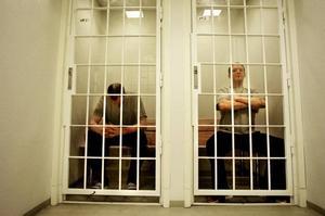 Ett häkte kan vara så fullt att intagna låses in på toaletten, ibland i många timmar...
