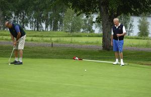 Hål 18. Finn Sperling, Lunds Akademiska, till vänster, och Ulf Bexelius, Båstad, till höger, på hål 18 vid andra dagens spel på seniortouren på Säters golfbana. De belade slutplaceringarna två respektive tre.