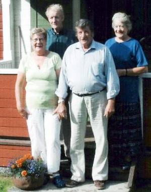 Syskonen Olsson på trappan till sitt före detta hem i Tannsjön. Bakom till vänster står Ebbe Olsson med syster Alva och framför dem står Ingrid och Allan.