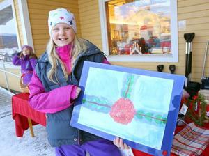 Frutom hembakat sålde eleverna julkort och tavlor. Elina Pålsson visar upp sin tavla som såldes tidigt på förmiddagen