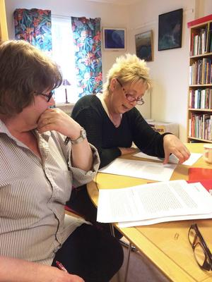Maj Söderström och Ann Wengfelt läser manus inför lördagens föreställning