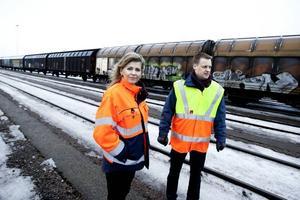 Sara Lantz, chef för lastning och magasin, och logistikansvarige Johan Fahlroth vill se ökad satsning på järnvägen.