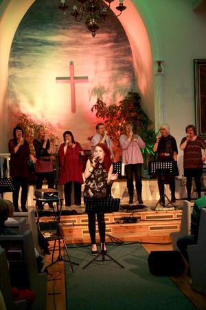 Sara Brannäs sjunger uppbackad av gospelkören In Connection på densammes jubileumskonsert.
