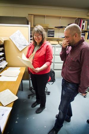 Anders Uddén blir exalterad när han får se fotostatkopian av brevets första sida som Elinor Svensson håller upp.