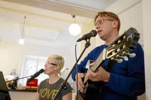 Psalmkompositörer. I dag sjungs Jenny Nordströms och Anders Lennartssons nyskrivna psalmer i Glanshammars kyrka. Eget foto