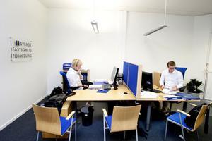 Malin Hagberg på kontoret tillsammans med kollegan Victor Bengtsson.