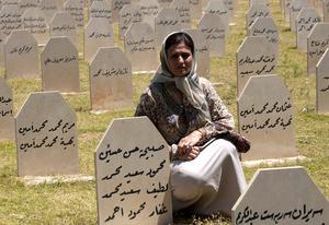 En kurdisk kvinna besöker graven av sina familjemedlemmar som dödades i gasattacken mot Halabja 1988.