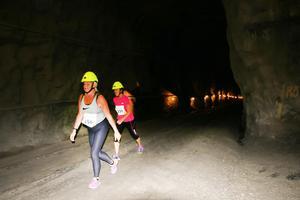 Sträckan ner i gruvan var upplyst med extra belysning.